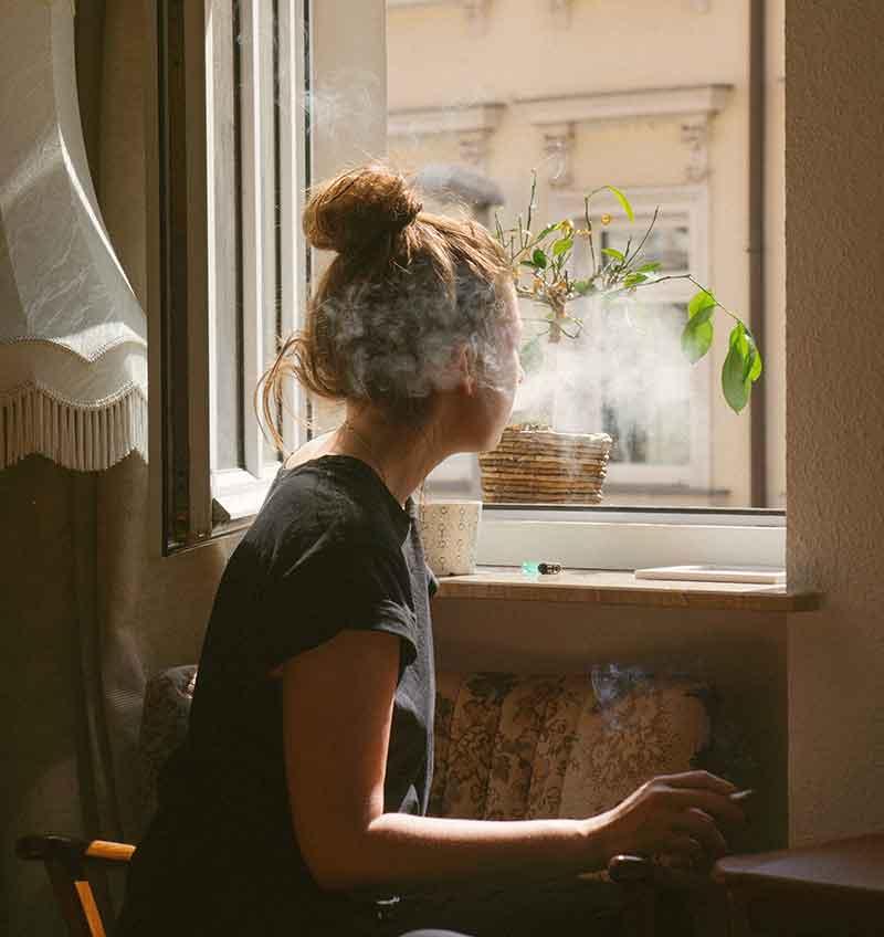 Laat het huis goed lucht om rooklucht te verwijderen