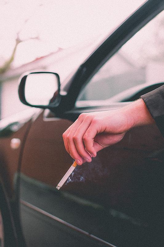Rooklucht uit de auto verwijderen