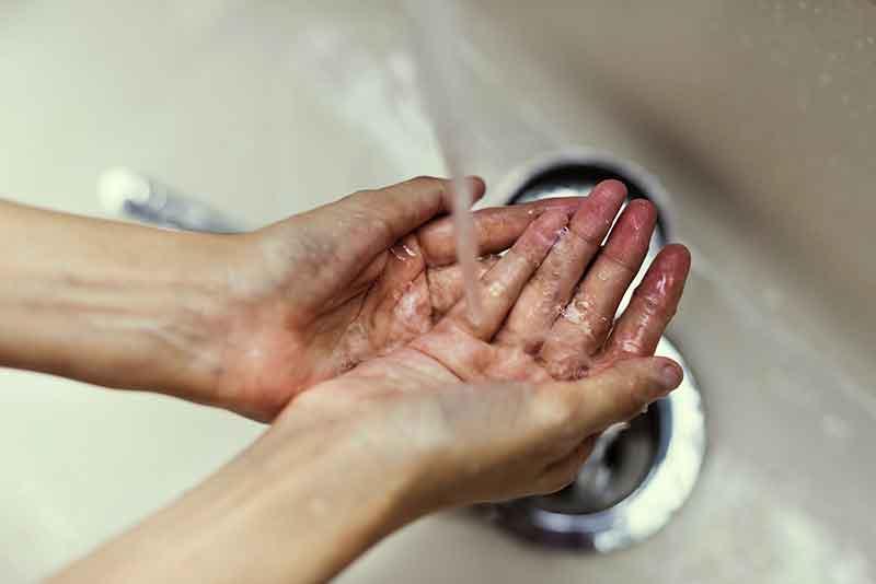 Wasbak schoonmaken in het toilet