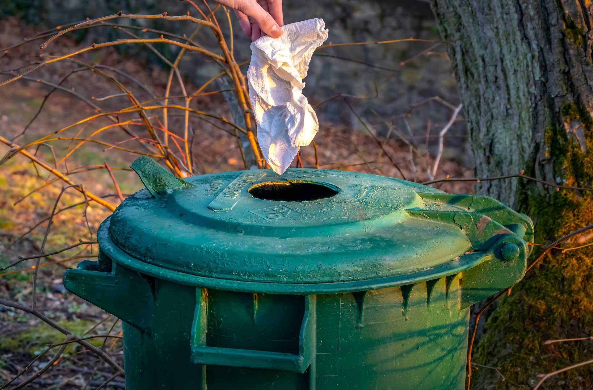 Vies doekje in afvalbak